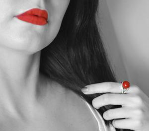 Кольцо с красным шариком